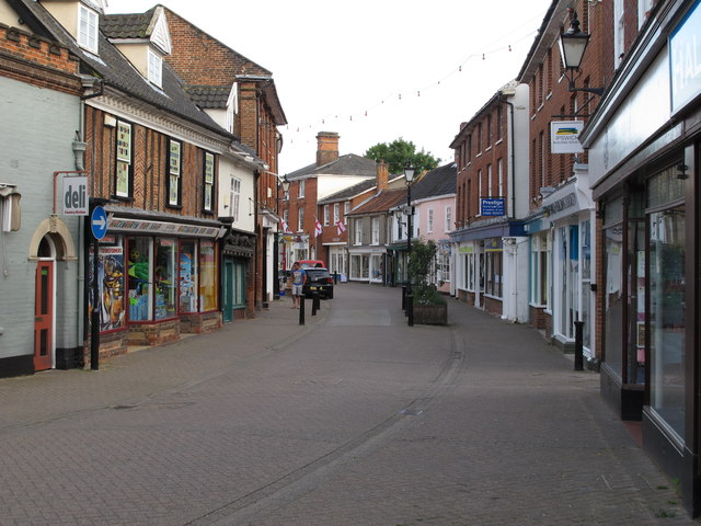 Thoroughfare, Halesworth: cc-by-sa/2.0 - © Roger Jones - geograph.org.uk/p/4031708